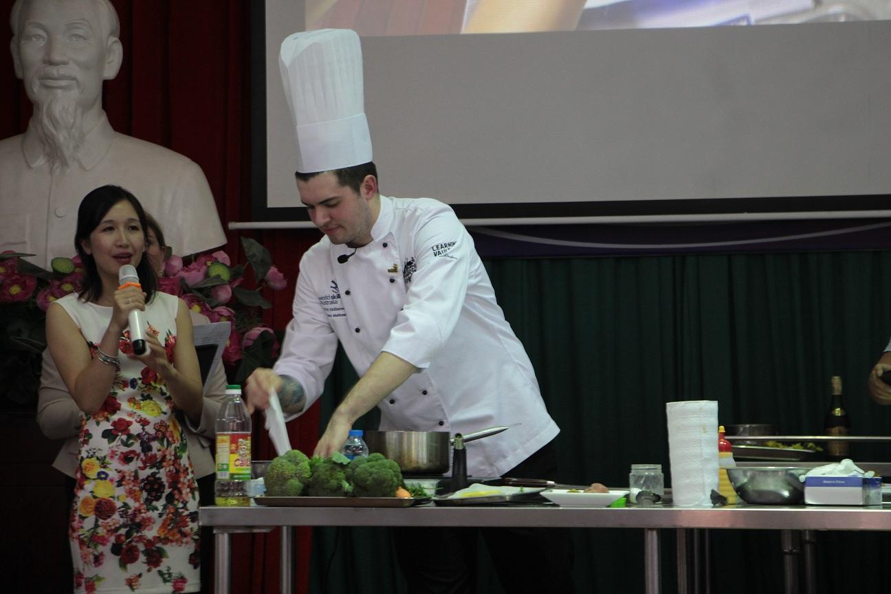 4. Christopher Matkowski, Australia trình diễn Món chính: 'Phi-lê bò áp chảo ăn cùng pu-rê cà rốt, măng tây sốt bơ, khoai tây nghiền và sốt rượu brandy'