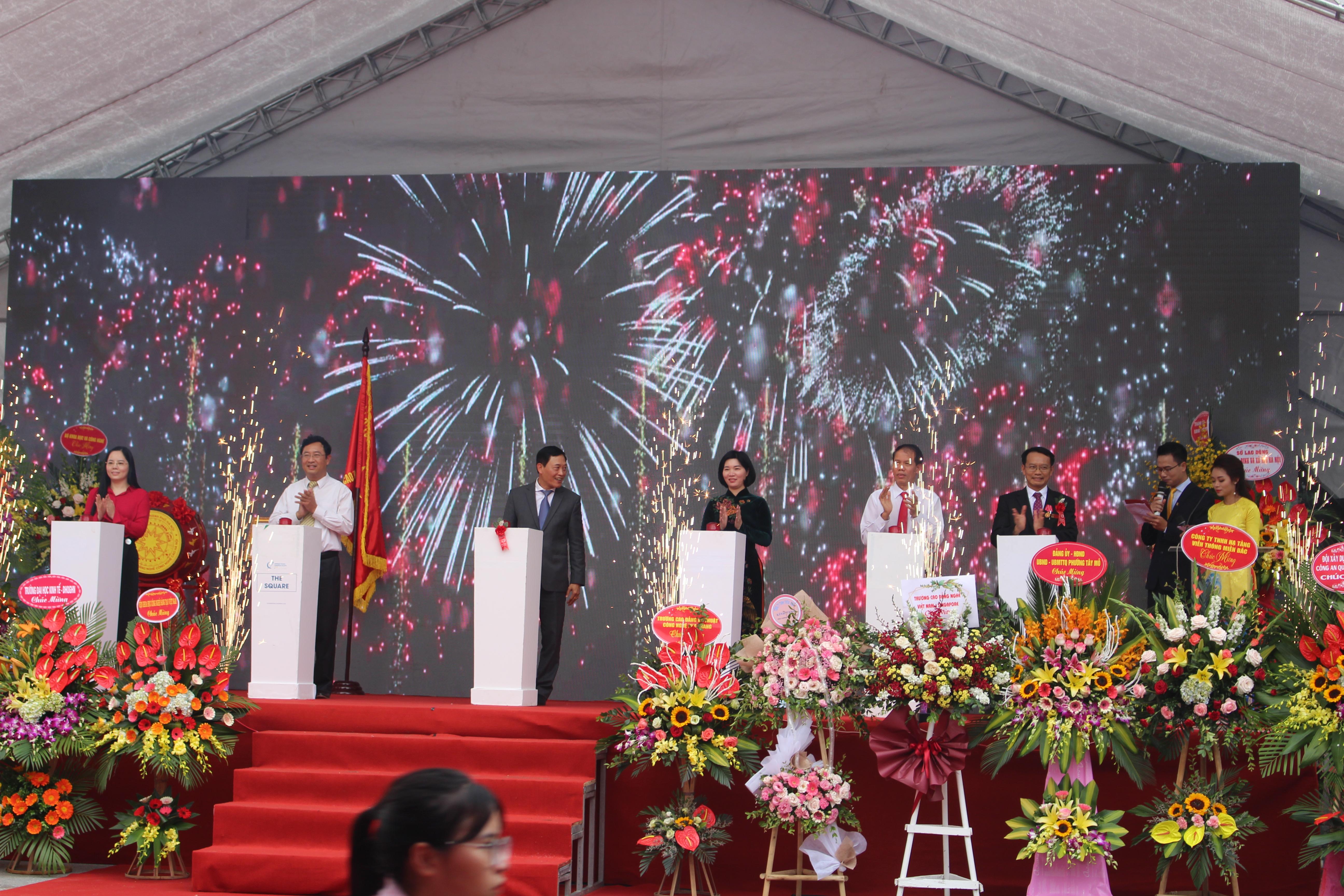 1. Lãnh đạo Tổng cục GDNN, lãnh đạo Bộ Khoa học - Công nghệ, lãnh đạo HĐND thành phố Hà Nội ấn nút khai mạc Techfest 2019